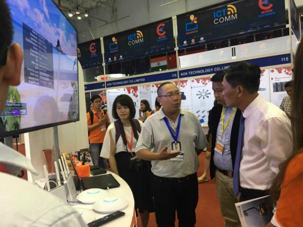 Anh Nguyễn Võ Đăng Khoa, Giám đốc Trung tâm Kinh doanh Sài Gòn chia sẻ những điểm mạnh riêng có của gói SOC với Thứ trưởng Trần Văn Tuấn (phải), Bộ Khoa học và Công nghệ, tại triển lãm ICT Comm 2017 vừa diễn ra.